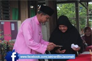 Menyampaikan sumbangan  Ramadan kepada penerima sumbangan.