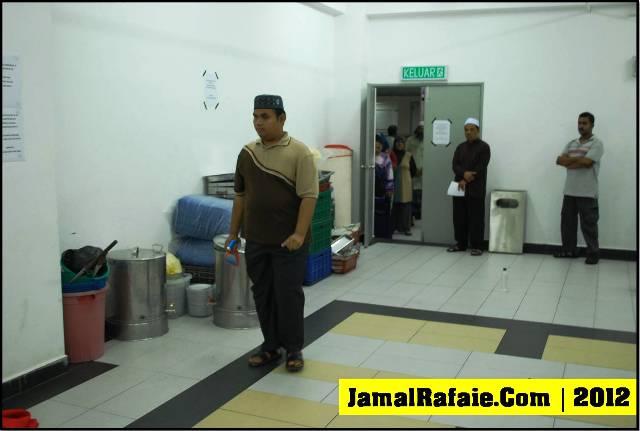 Ustaz Nabil sedang mengesan Rumah Jin dan menyemburkan air penawar