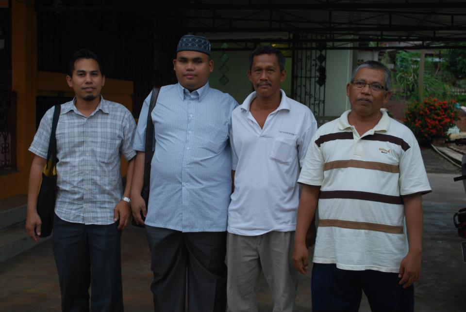 Dari kiri : En. Shamsol (Pengurus Team Al Afiah), Ustaz Nabil, dan para pesakit ketika di rumah pesakit