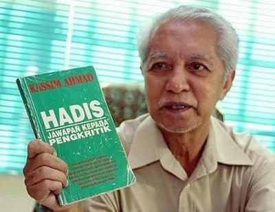 Kassim Ahmad bersama bukunya, HADIS : Jawapan Untuk Pengkritik