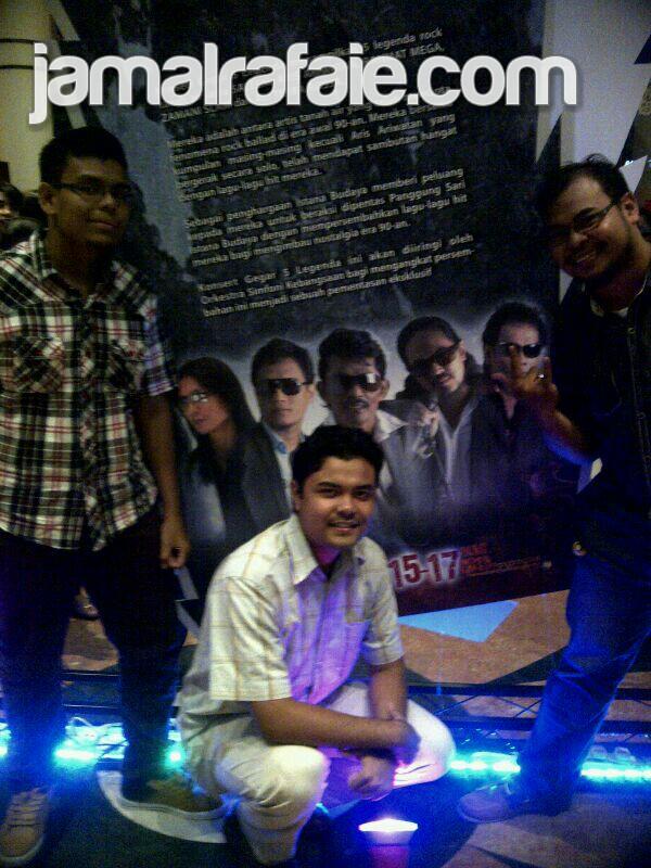 Menonton bersama rakan-rakan, dari kiri : Hans Hanis, saya dan Shahrul Fizi.