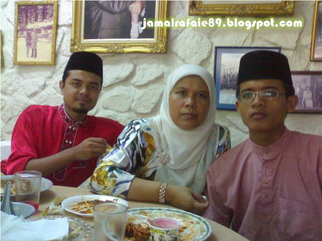 Dari kiri : saya, mama (Rafeah Hassan), dan adik (Jamal Rasyidi)