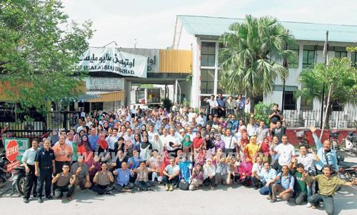 Staf Kumpulan Utusan bergambar kenangan di pejabat lama mereka sebelum berpindah ke pejabat baru