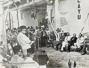 Tunku Abdul Rahman ketika merasmikan bangunan Utusan Malaysia