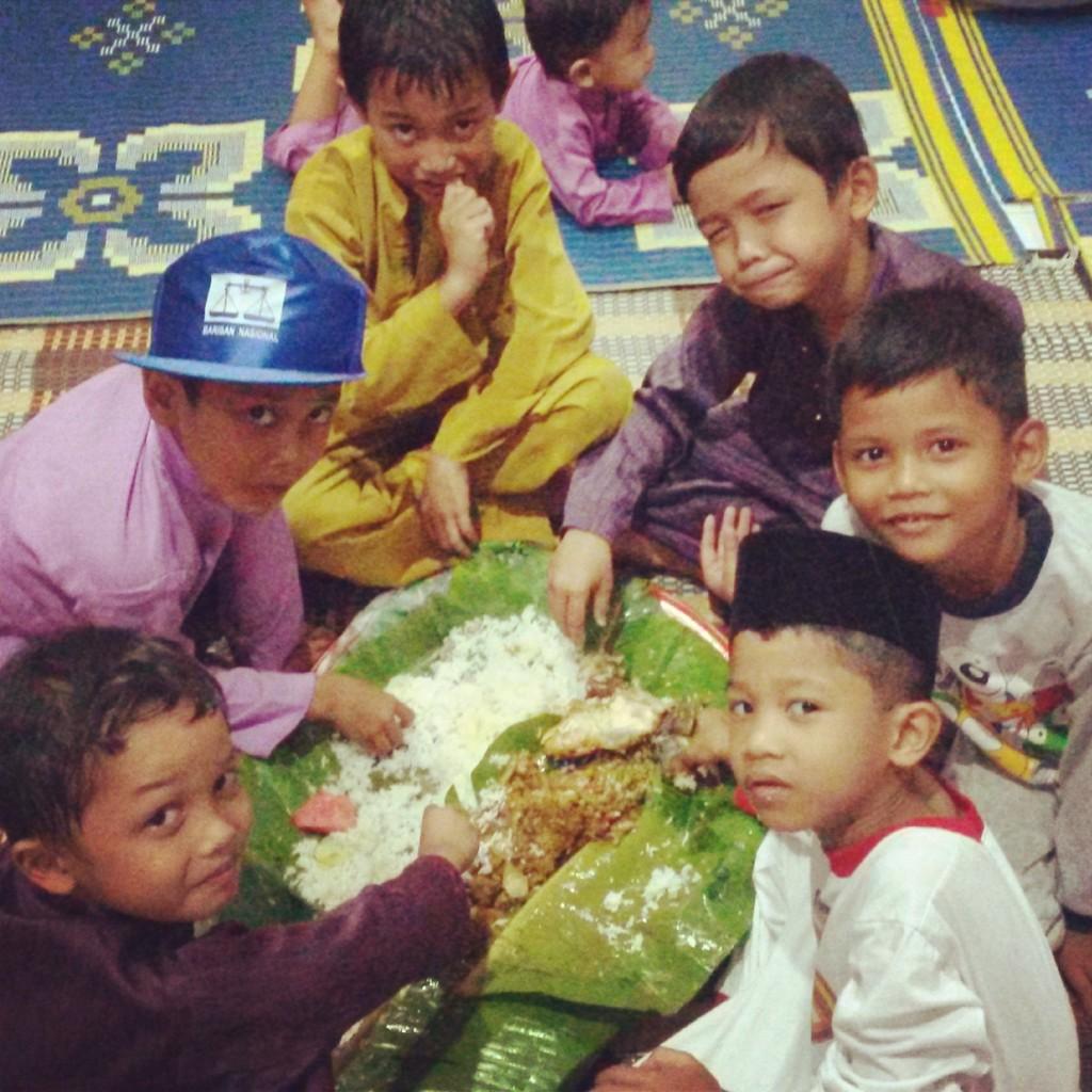 Anak keturunan Jawa Malaysia menikmati Nasi Ambeng